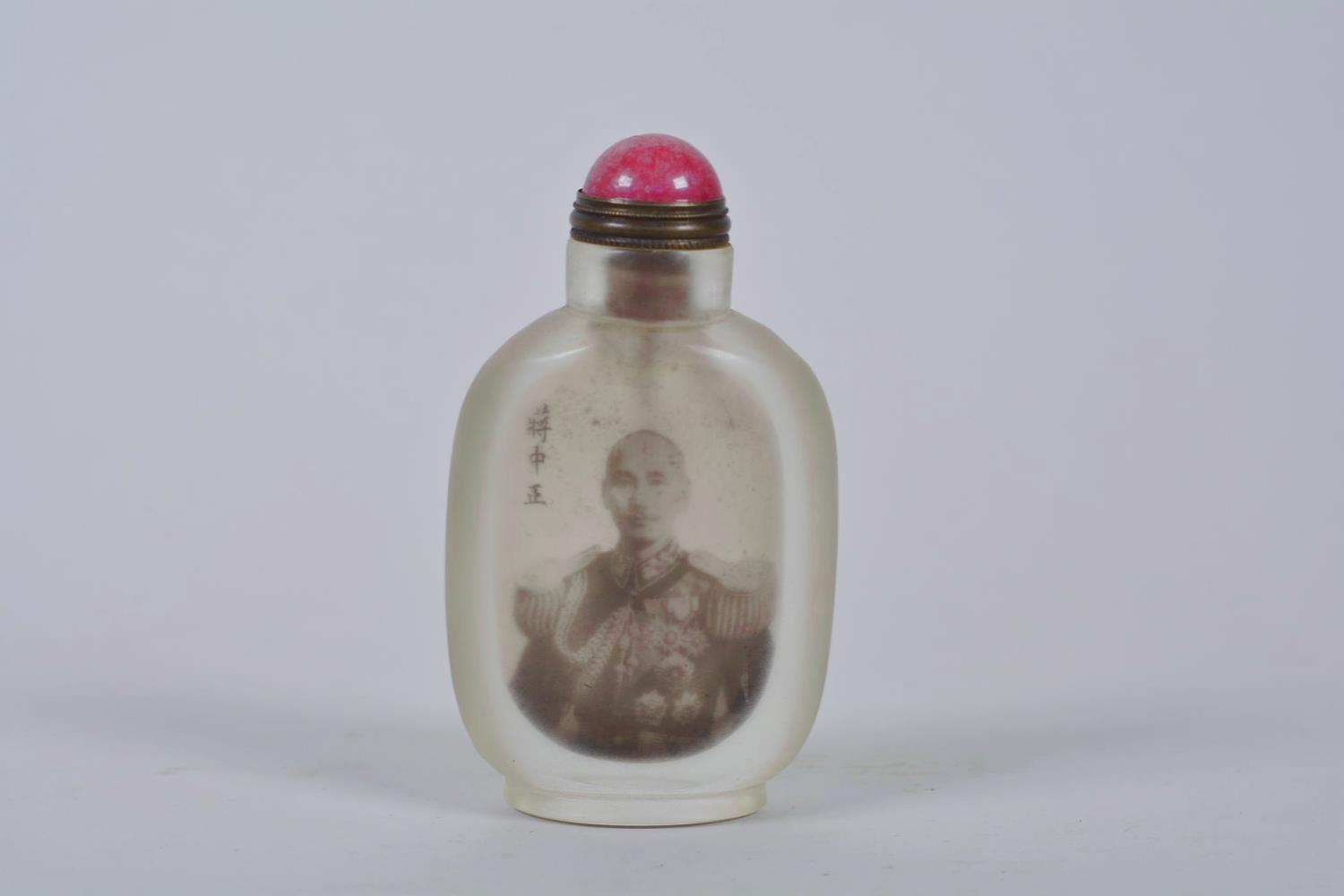 Lot 18 - A Chinese reverse decorated snuff bottle depicting a Chinese military gentleman, inscription