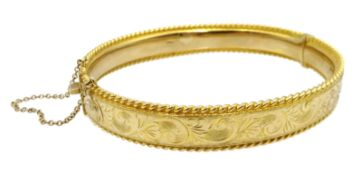 9ct gold bangle engraved decoration, Sheffield 1977, approx 17.
