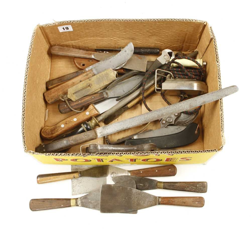 Lot 19 - Quantity of kitchen and household tools G