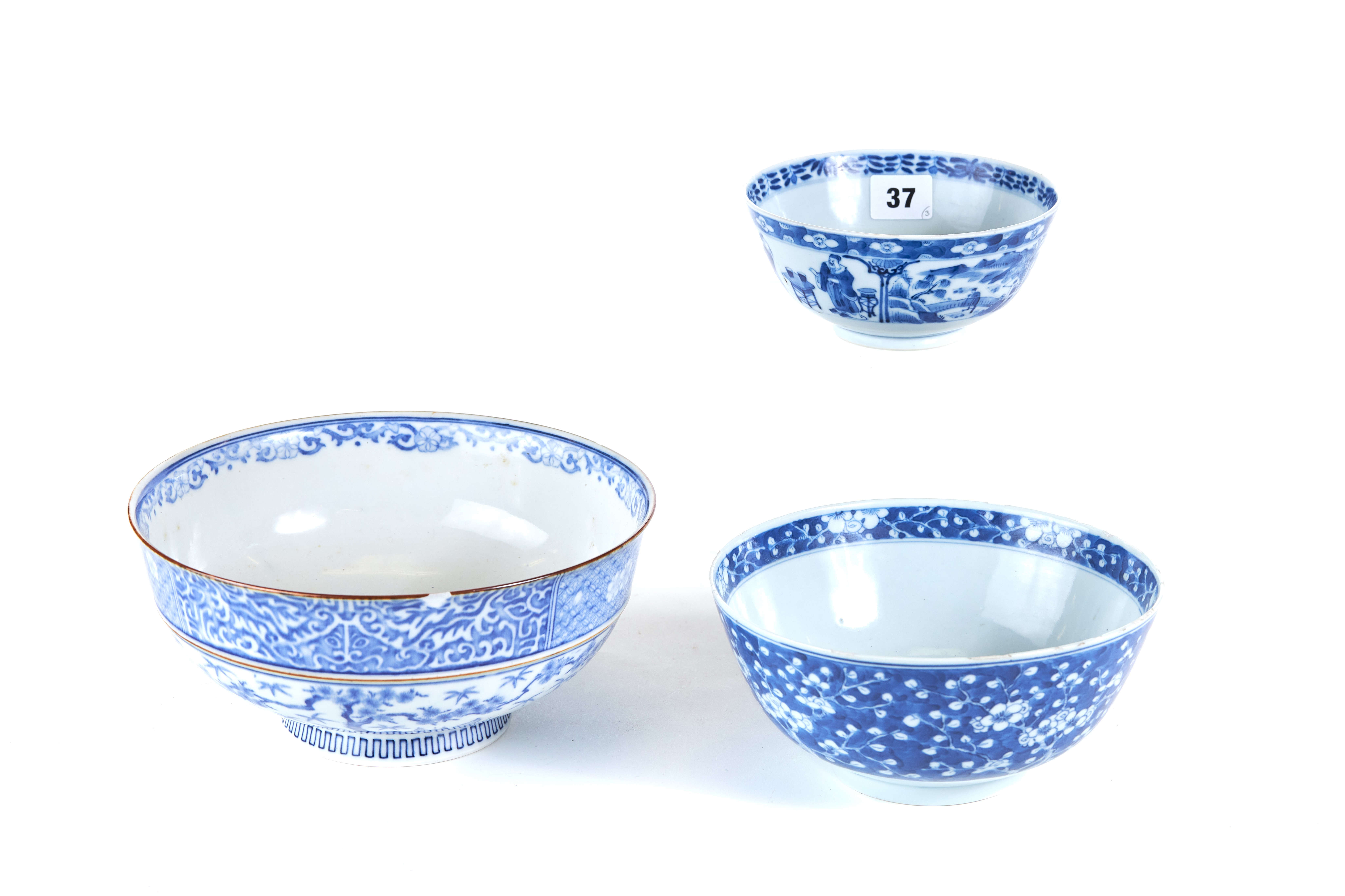 A 19TH CENTURY CHINESE PORCELAIN BOWL decorated in underglaze blue with a band of continuous figure