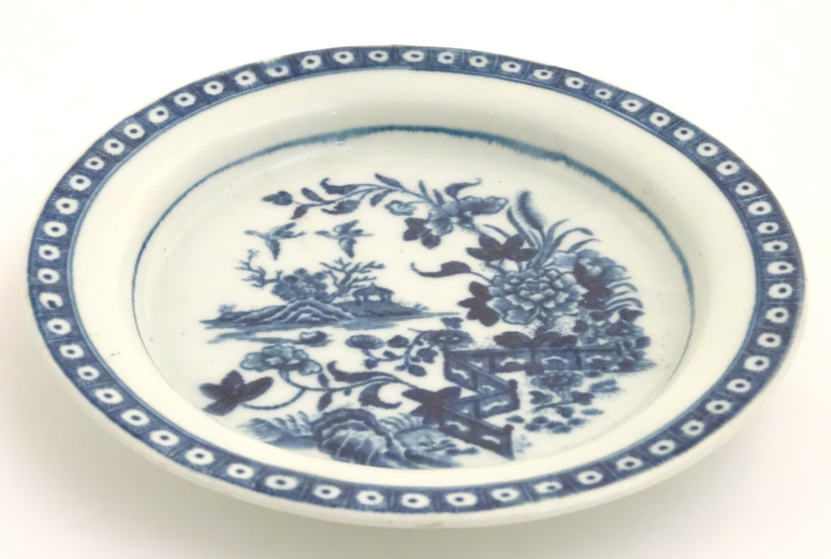 Lot 60 - A late 18th / early 19thC Worcester blue and white plate in the Fence pattern,