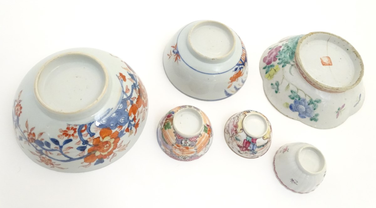 Lot 15 - A collection of assorted Chinese ceramics, to include three bowls with floral decoration,