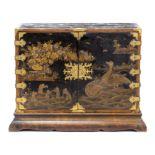 Cabinet japonais en laque noire à décor en relief de cygnes, de personnages et de [...]