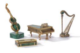 Petit ensemble d'objets de vitrine comprenant : - 1 viole miniature à 12 cordes en [...]