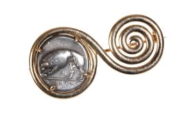 A BULGARI 18CT YELLOW GOLD SWIRL BROOCH SET WITH AN ANCIENT COIN DEPICTING A WOLF