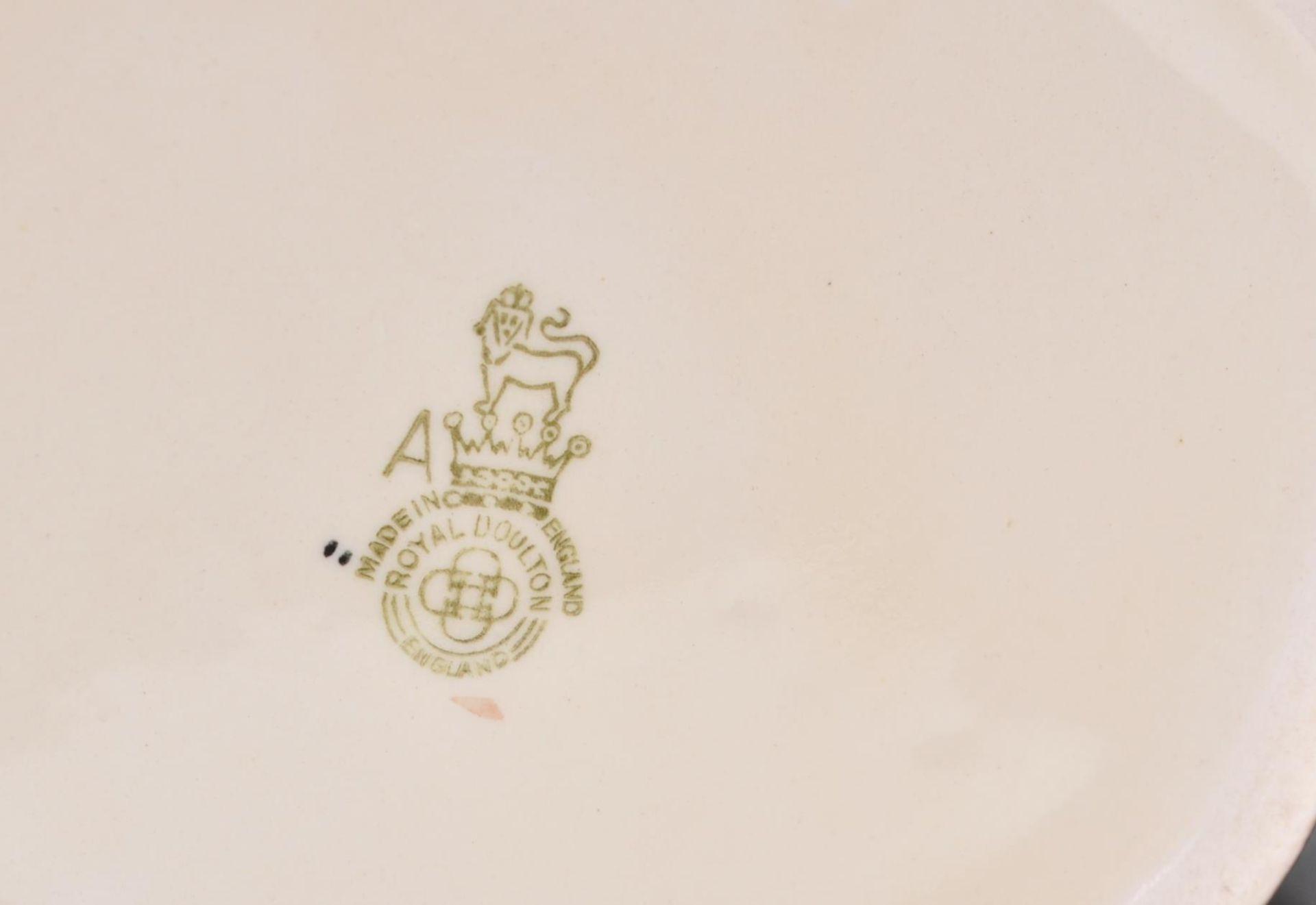 Los 18 - A group of five Royal Doulton ceramic Character /