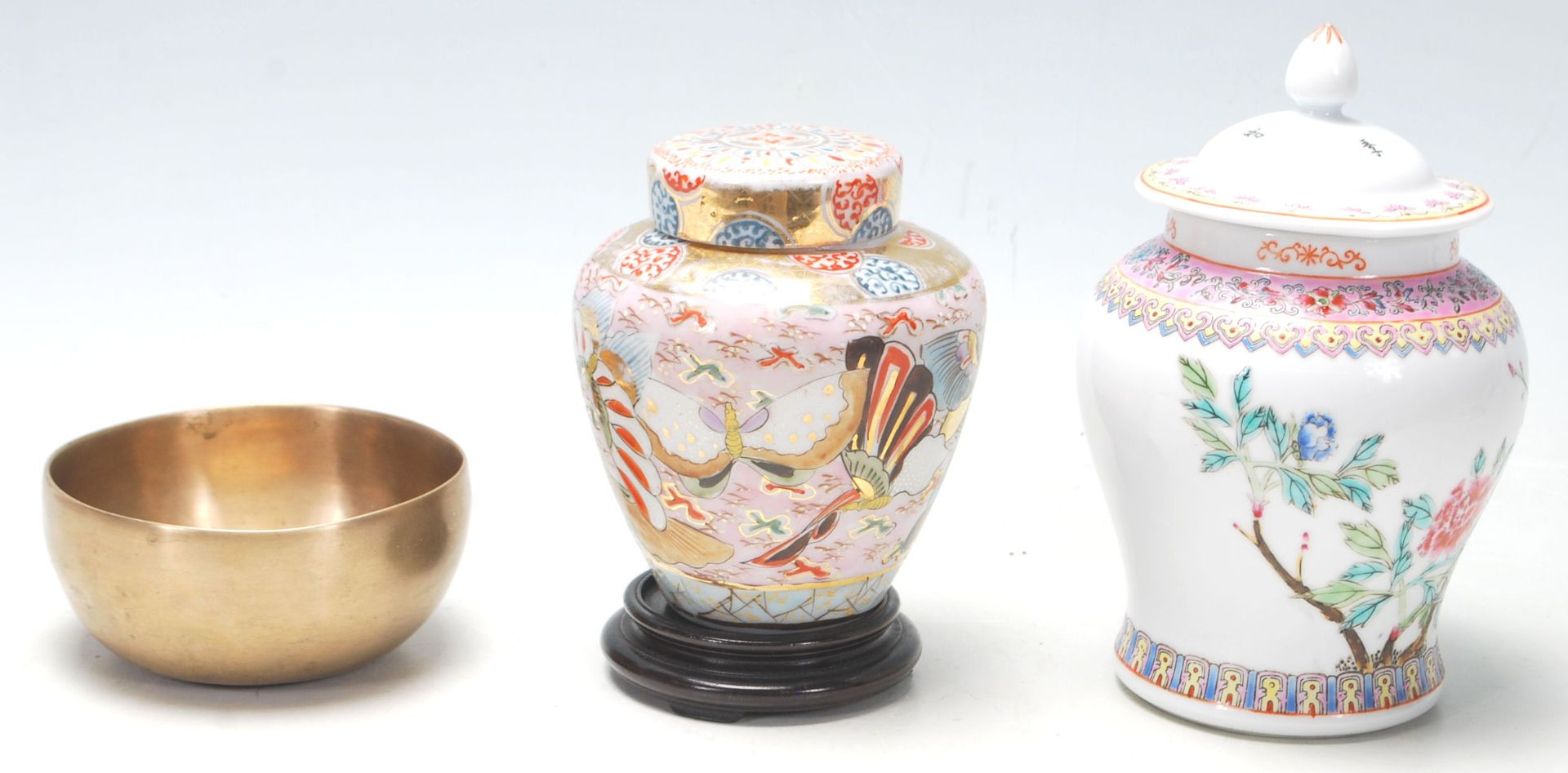 Los 139 - A Chinese republic period lidded jar with calligraphy writing on the back and nature scene at the