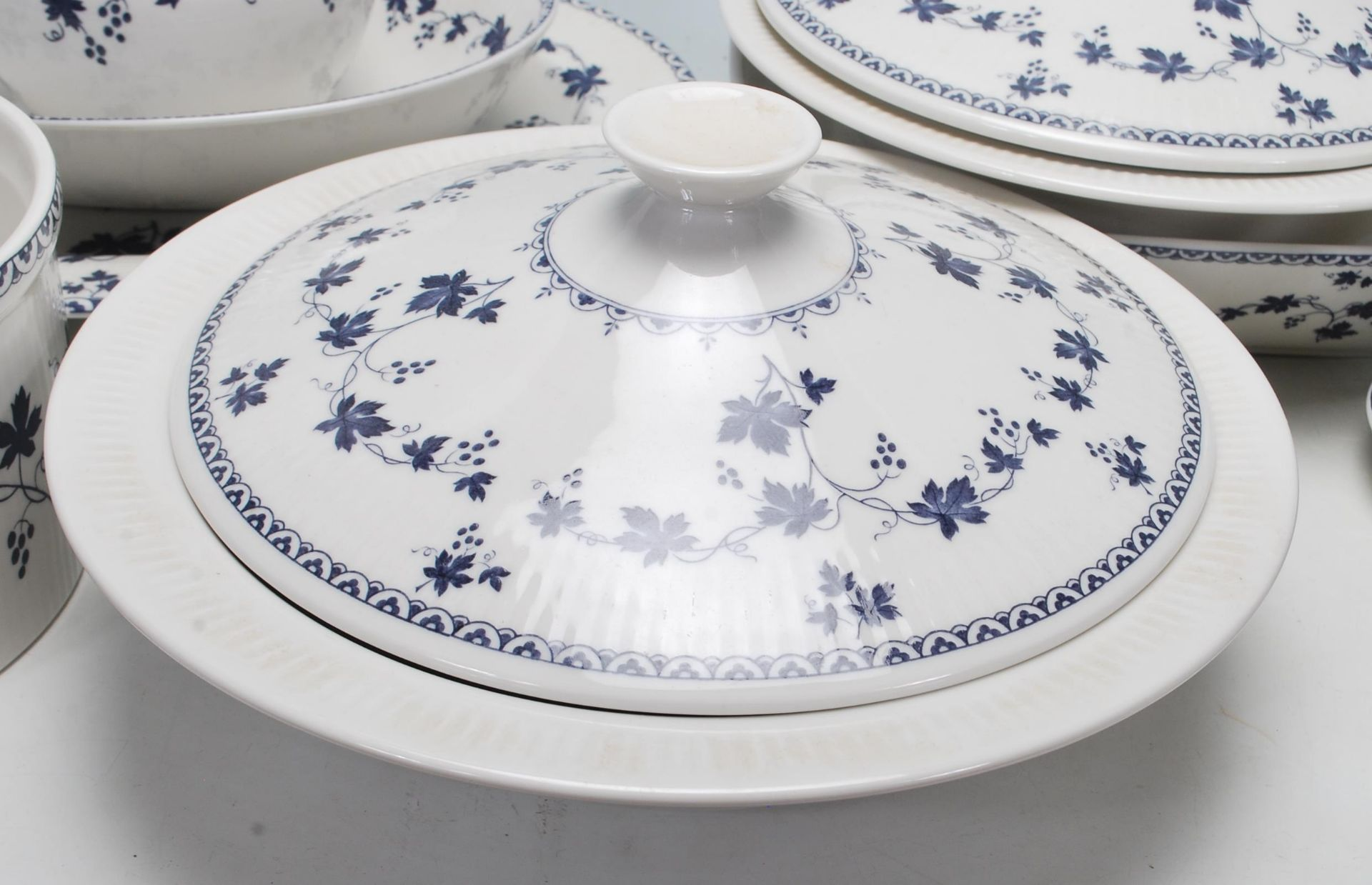Los 5 - Royal Doulton - Yorktown - A large fine bone china dinner service decorated with blue floral