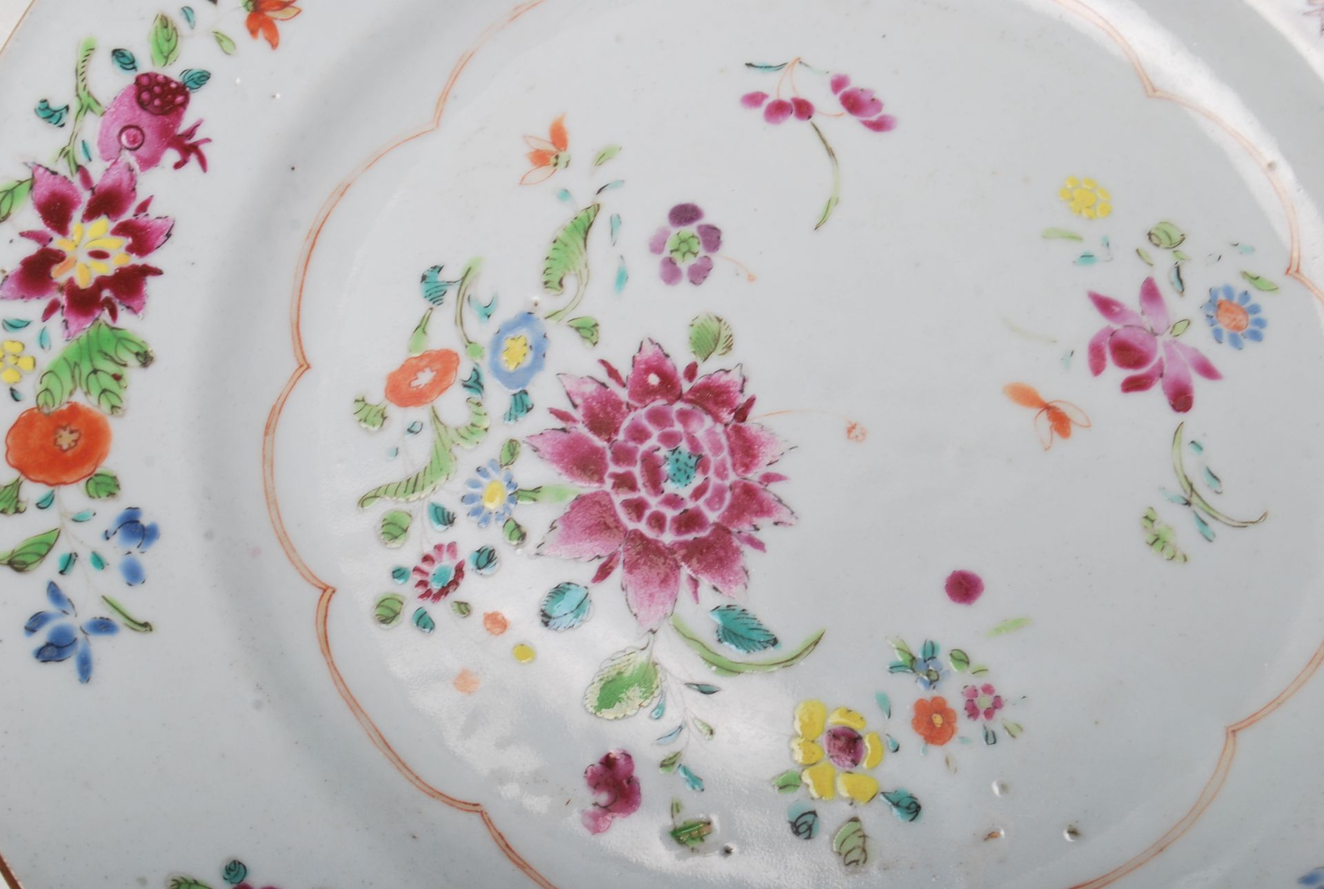 Los 172 - A 18th century Chinese Qianlong antique porcelain plate, decorated in the Wucai five colour