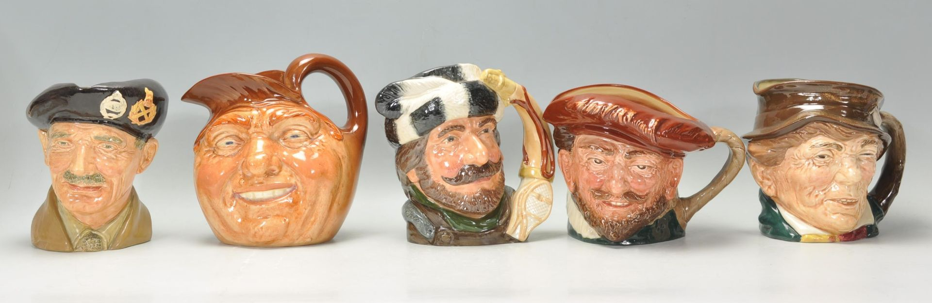 Los 20 - A group of five Royal Doulton character jugs to in