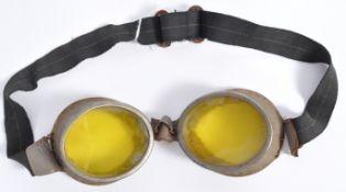 PAIR OF WORLD WAR AVIATION / DISPATCH DRIVER GOGGLES