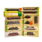 MINITRIX Konvolut von 9 Lokomotiven und 4 Personenwagen, Spur N, bestehend aus 3 Dampflokomotiven,