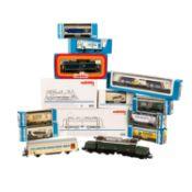 MÄRKLIN Konvolut von 4 Lokomotiven und 10 Güterwagen, Spur H 0, bestehend aus 2 E-Loks 3331, BR