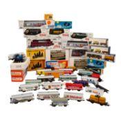 PIKO/ROCO u.a. Konvolut E-Lok und Güterwagen, Spur H0, bestehend aus PIKO E-Lok 51220 der DR im