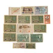 Bündel Banknoten, darunter die gesuchten und besseren Reichsbanknoten<