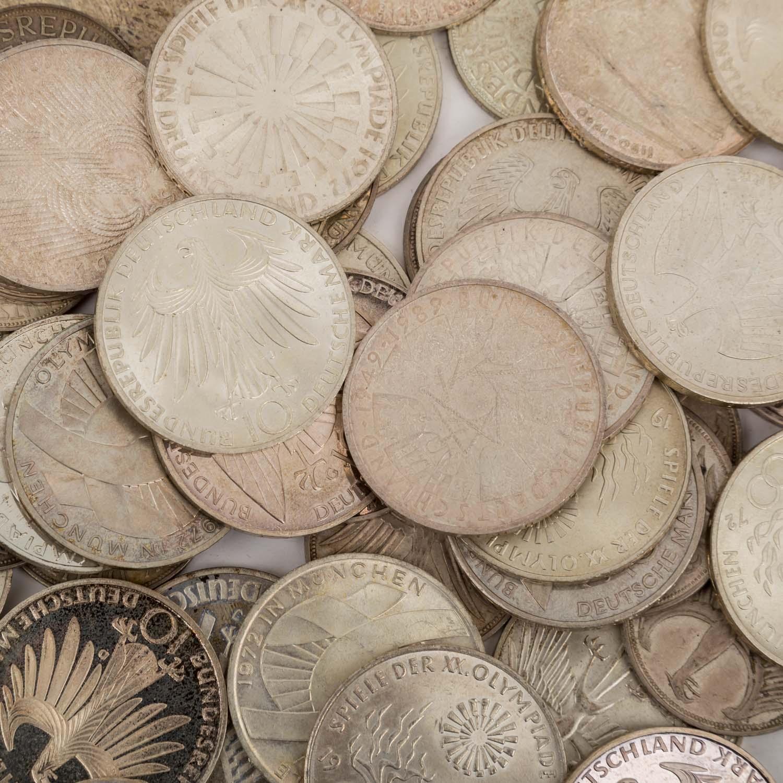Lot 2012 - SILBER - 320 Gramm fein: 36 x 10 DM + 20 x 5 DM,unterschiedlich erhalten.SILVER - 320 grams fine: 36