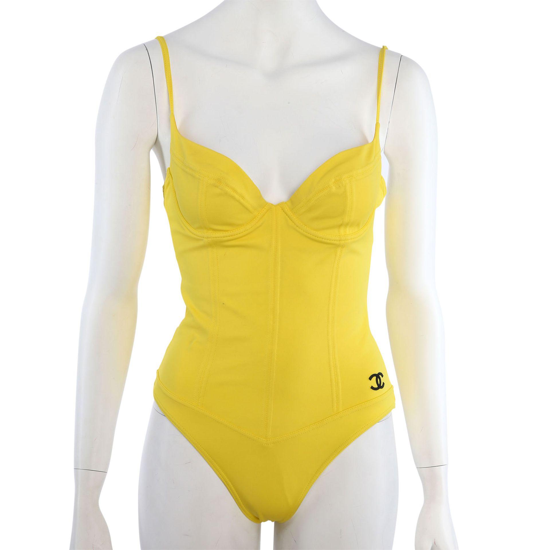 CHANEL VINTAGE Badeanzug, Gr. 38/40.NP. ca.: 1.500,-€. Gelbes Modell mit Teilungsnähten und