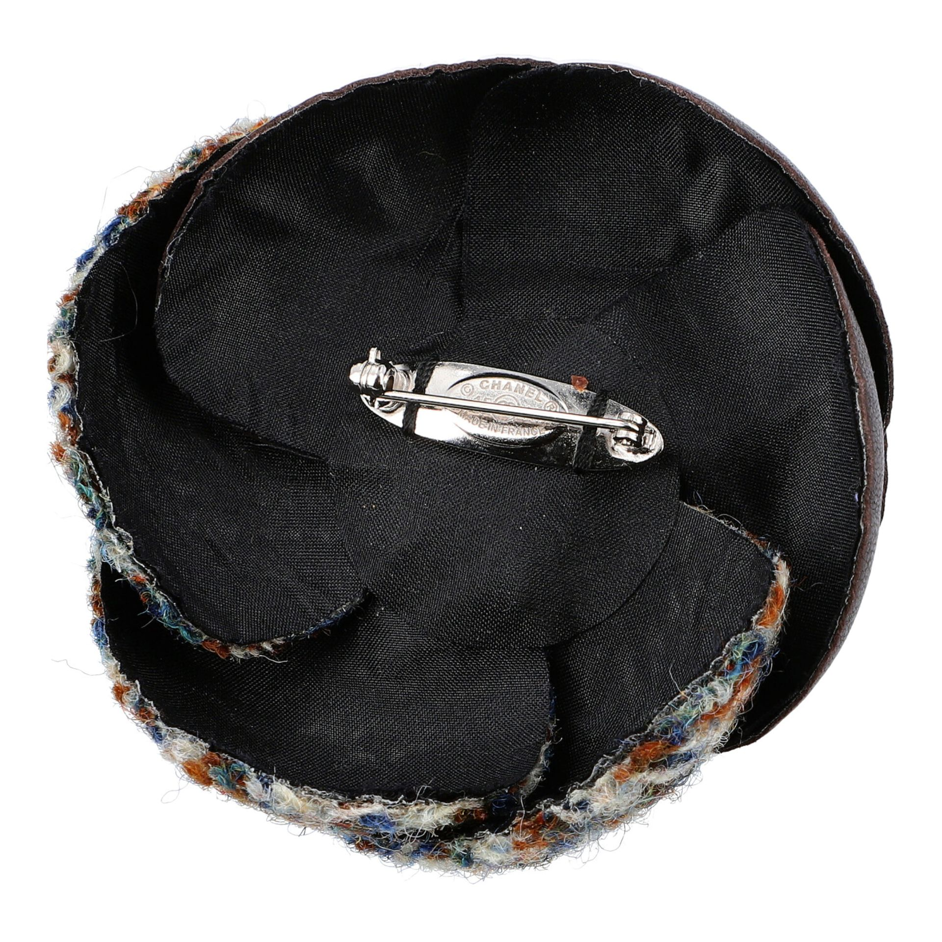 CHANEL Kamelien-Brosche, Koll. 2015.Tweed in Erdtönen mit braunem Leder. Sehr guter Erhalt. 7x7cm. - Bild 3 aus 3