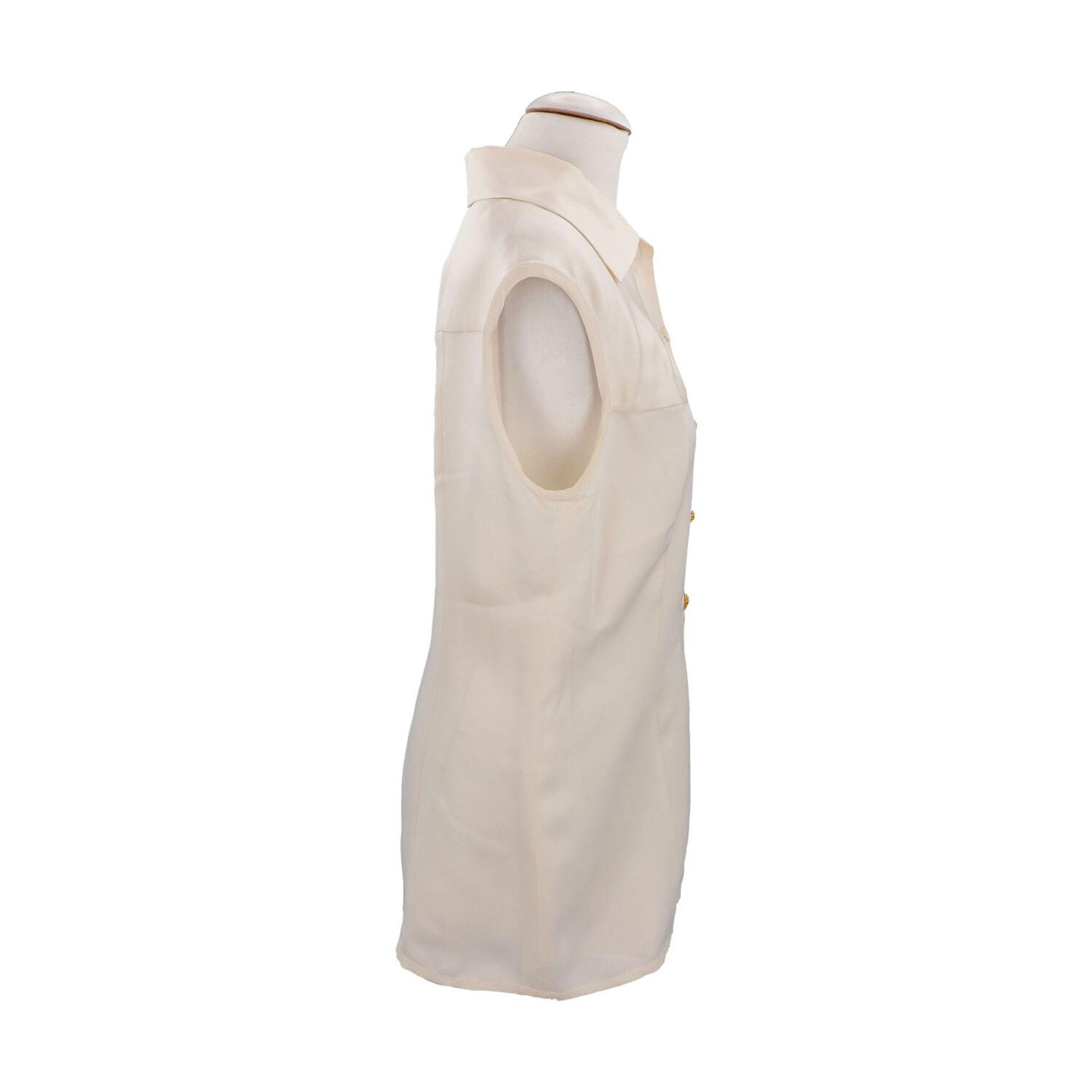 CHANEL BOUTIQUE Bluse, Gr. 42.Herstellergröße 44. Cremefarbenes Seiden-Modell mit Umlegekragen und - Bild 3 aus 4
