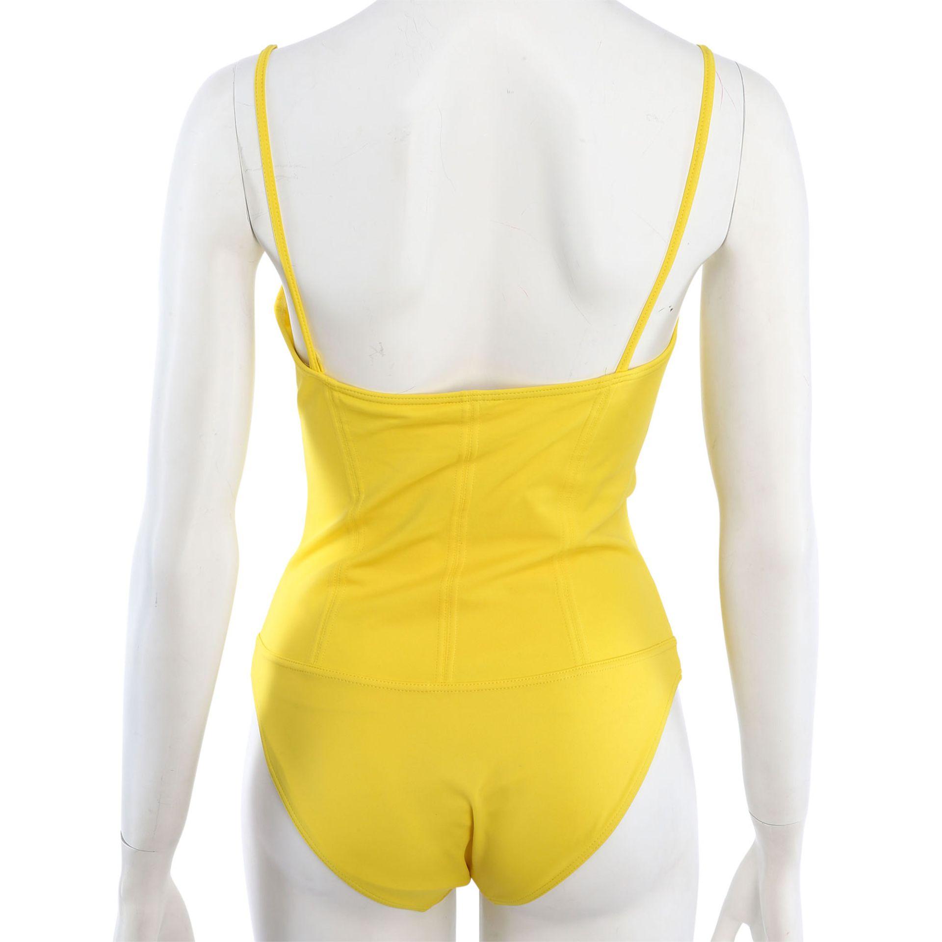 CHANEL VINTAGE Badeanzug, Gr. 38/40.NP. ca.: 1.500,-€. Gelbes Modell mit Teilungsnähten und - Bild 4 aus 4