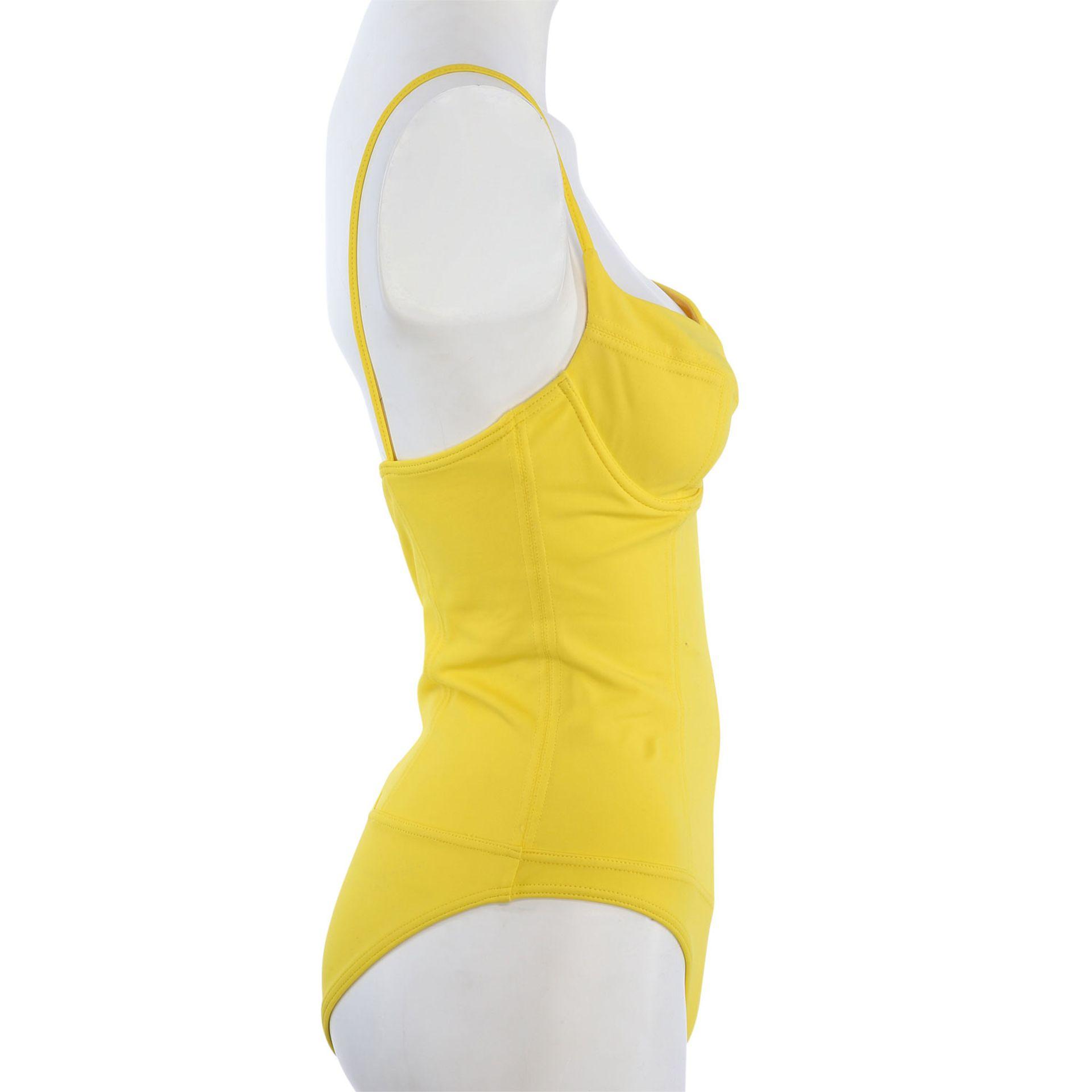 CHANEL VINTAGE Badeanzug, Gr. 38/40.NP. ca.: 1.500,-€. Gelbes Modell mit Teilungsnähten und - Bild 3 aus 4
