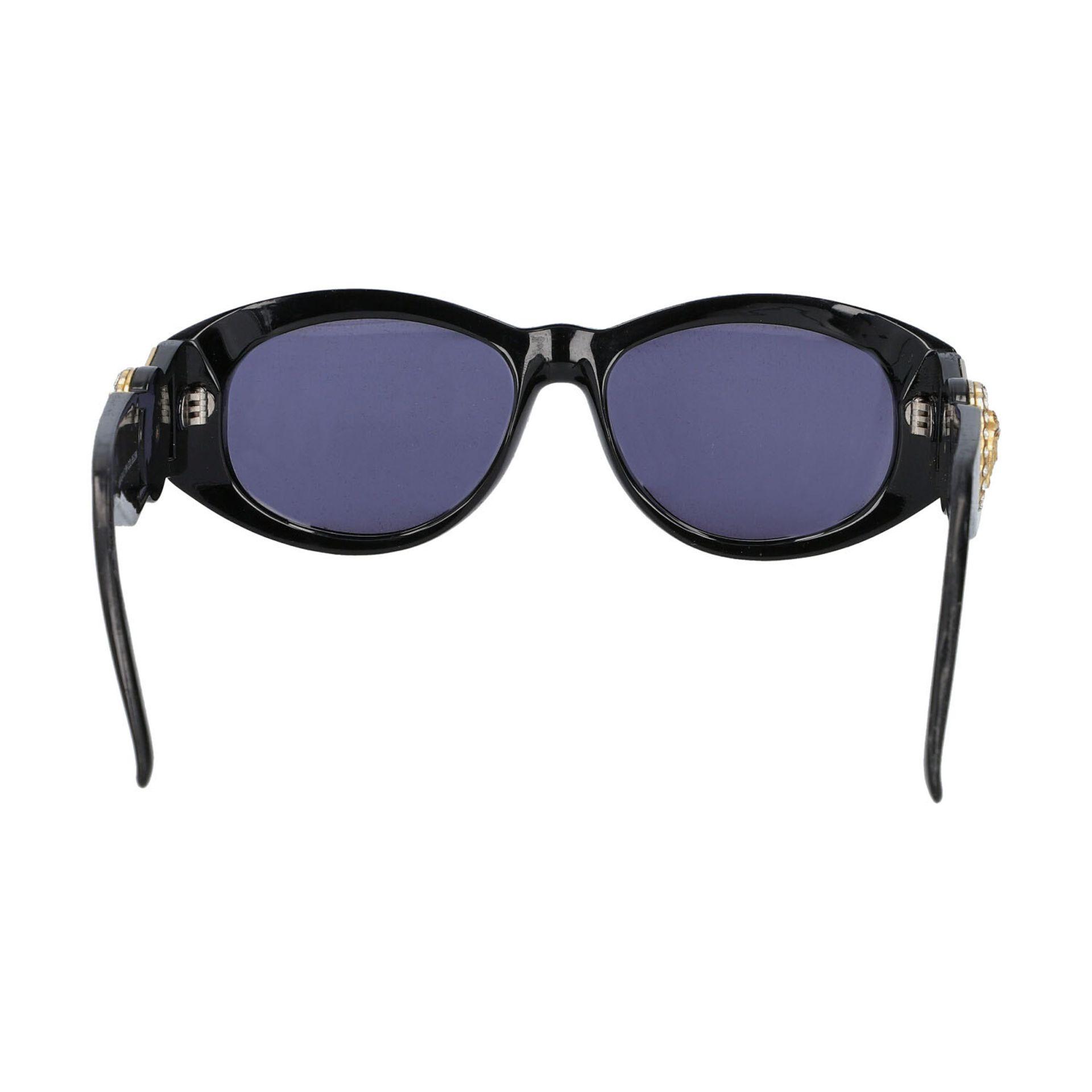 """GIANNI VERSACE VINTAGE Sonnenbrille """"MOD 424/C COL.852"""".Kunststoffgestell in Schwarz mit dekorativen - Bild 4 aus 4"""