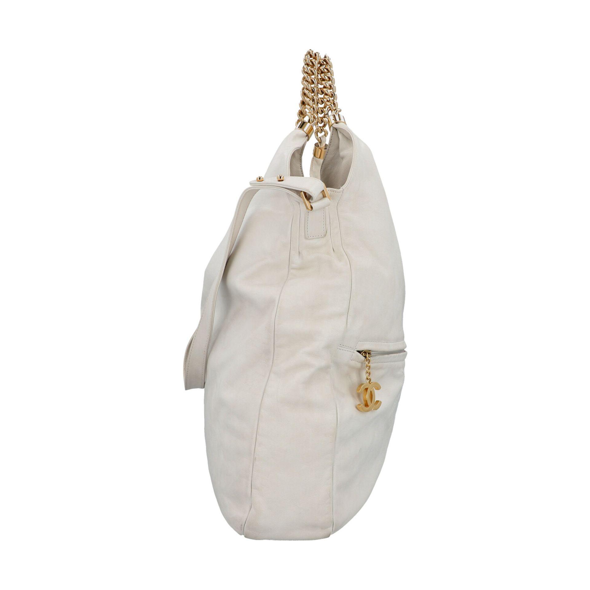 CHANEL Shoppertasche, Koll. 2006/2008.Hobo Bag aus weißem Leder mit goldfarbener Hardware, Front mit - Bild 3 aus 8