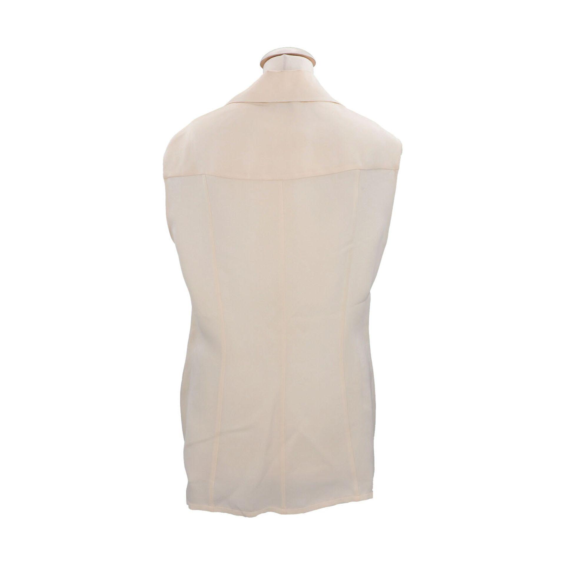 CHANEL BOUTIQUE Bluse, Gr. 42.Herstellergröße 44. Cremefarbenes Seiden-Modell mit Umlegekragen und - Bild 4 aus 4