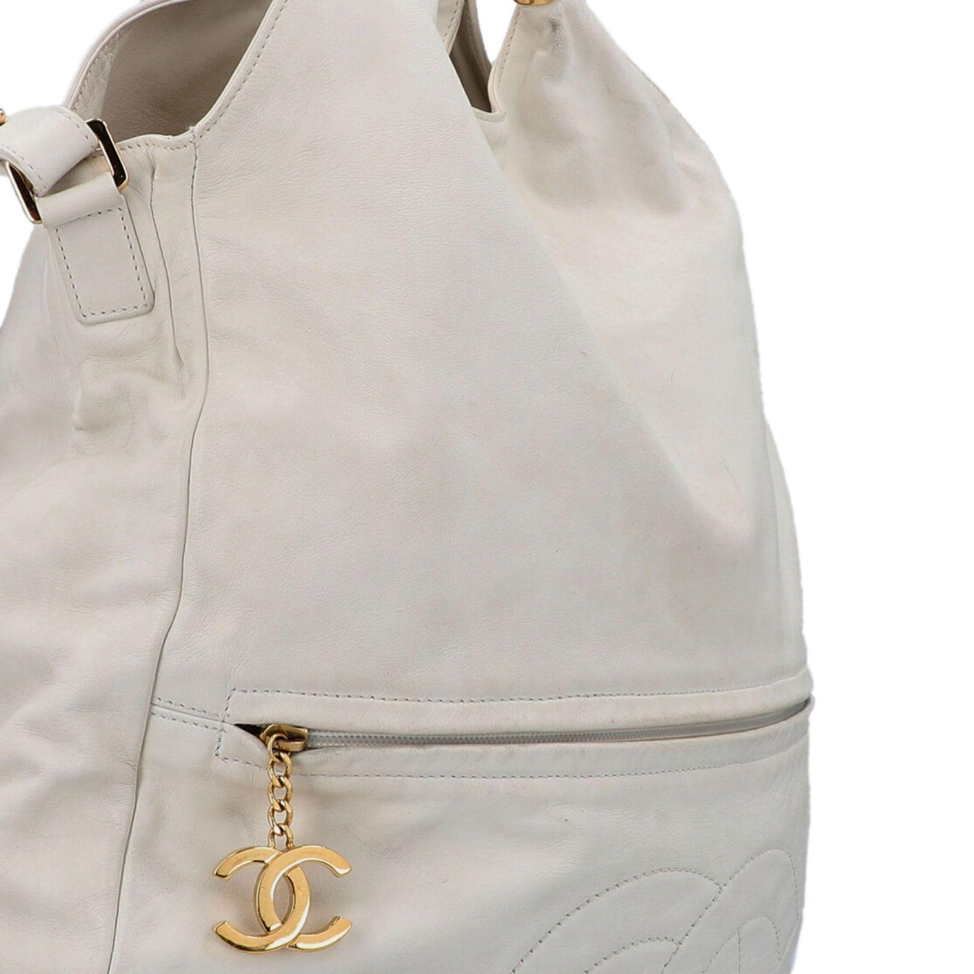 CHANEL Shoppertasche, Koll. 2006/2008.Hobo Bag aus weißem Leder mit goldfarbener Hardware, Front mit - Bild 8 aus 8