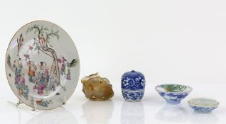 A famille rose plate, decorated with Manchu/Chinese figures beside a tree; Tongzhi six-character