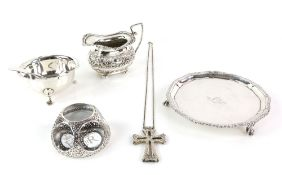 Edward VII silver card tray engraved with crest and motto 'Nil Conscire Sibi', (trans nothing