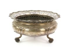 Edward VII silver rose bowl with pierced serpentine border on three scroll feet, by Goldsmiths &