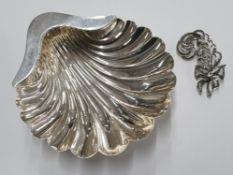 A GEORGE V SILVER SCALLOP SHAPED PIN DISH ON BALL FEET BY ATKIN BROTHERS SHEFFIELD 1915 88.9G