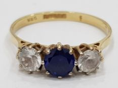 9CT YELLOW GOLD WHITE AND BLUE STONE RING, 3 STONES IN TOTAL, 2G SIZE Q1/2