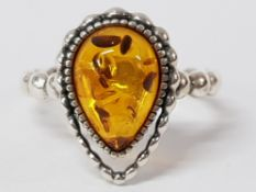 A SILVER AND AMBER RING STAMPED T 1/2 3.9G GROSS