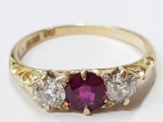 LADIES 18CT YELLOW GOLD RUBY AND DIAMOND THREE STONE RING COMPRISING OF A ROIND CUT RUBY COMPLETE