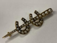 9CT YELLOW GOLD HORSE SHOE PEARL SET BROOCH COMPRISING OF TWO HORSE SHOES SET WITH ROUND PEARLS