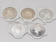 5 SILVER CROWN SIZE COINS INCLUDING NEW ZEALAND 5 DOLLAR 1993 AND 1994, SINGAPORE 10 DOLLAR 1975 AND