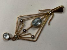 9CT YELLOW GOLD AQUAMARINE AND PEARL SET PENDANT COMPRISING OF AN OVAL AQUAMARINE SET WITH FIVE