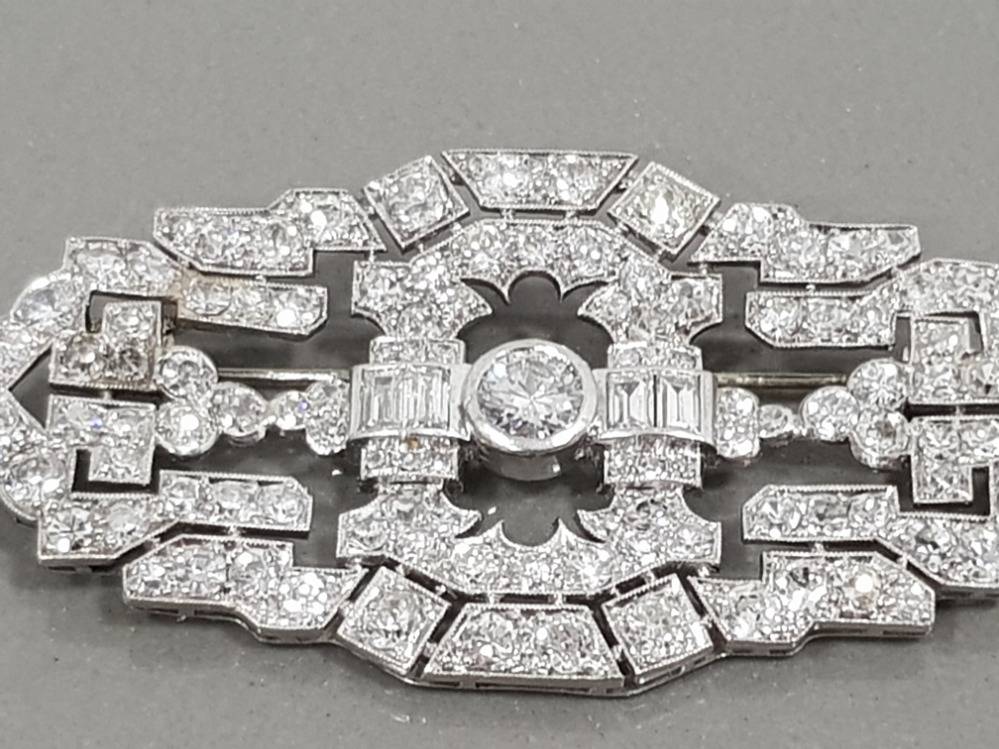 PLATINUM DIAMOND SET ORNATE BROOCH APPROXIMATELY 9CT IN TOTAL COMPRISING 2 EMERALD CUT DIAMONDS - Image 3 of 3