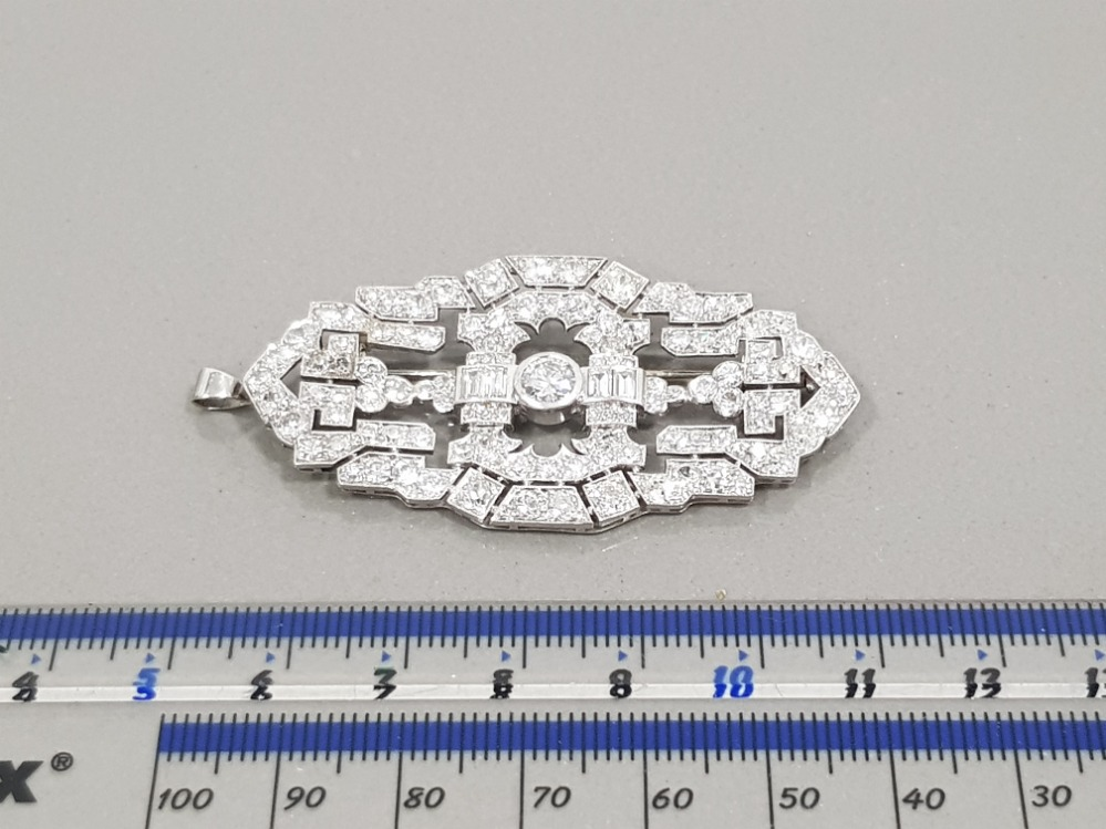PLATINUM DIAMOND SET ORNATE BROOCH APPROXIMATELY 9CT IN TOTAL COMPRISING 2 EMERALD CUT DIAMONDS - Image 2 of 3