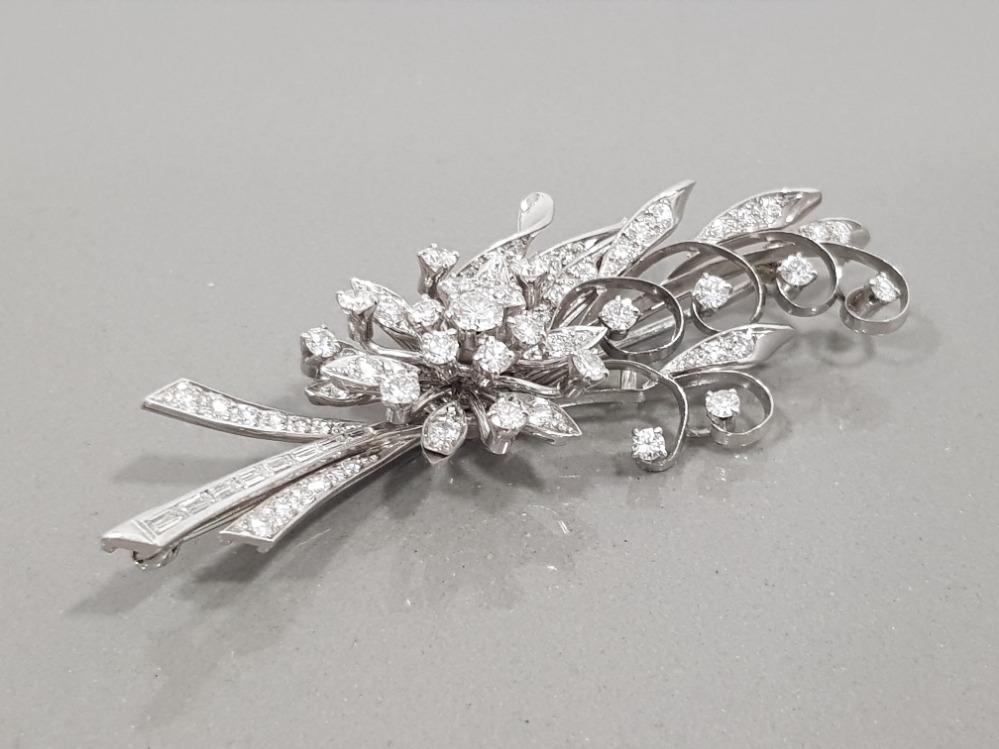 18CT WHITE GOLD ORNATE DIAMOND FLOWER CLUSTER BROOCH COMPRISING OF ROUND BRILLIANT CUT DIAMONDS