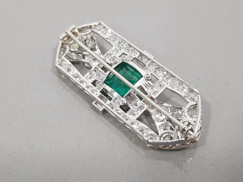 PLATINUM DIAMOND AND EMERALD ORNATE BROOCH COMPRISING 4CT PRINCESS CUT EMERALD AND 6CT CLUSTER OF - Image 3 of 3