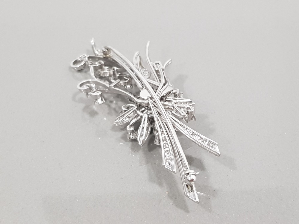 18CT WHITE GOLD ORNATE DIAMOND FLOWER CLUSTER BROOCH COMPRISING OF ROUND BRILLIANT CUT DIAMONDS - Image 2 of 3