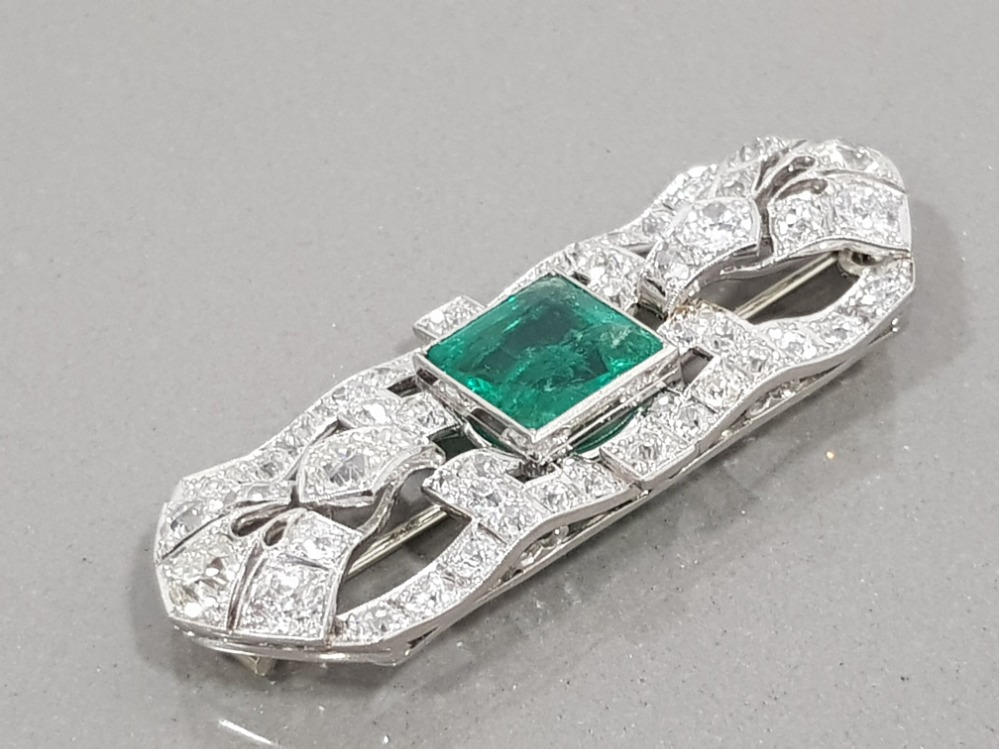 PLATINUM DIAMOND AND EMERALD ORNATE BROOCH COMPRISING 4CT PRINCESS CUT EMERALD AND 6CT CLUSTER OF - Image 2 of 3