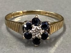 9CT YELLOW GOLD CLUSTER RING WITH DIAMOND CENTRE STONE SURROUNDED BY 6 BLUE STONES, 1.2G SIZE J