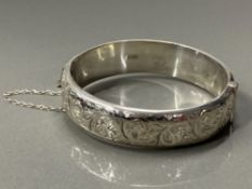 SILVER HOLLOW ENGRAVED BANGLE, 24.6G