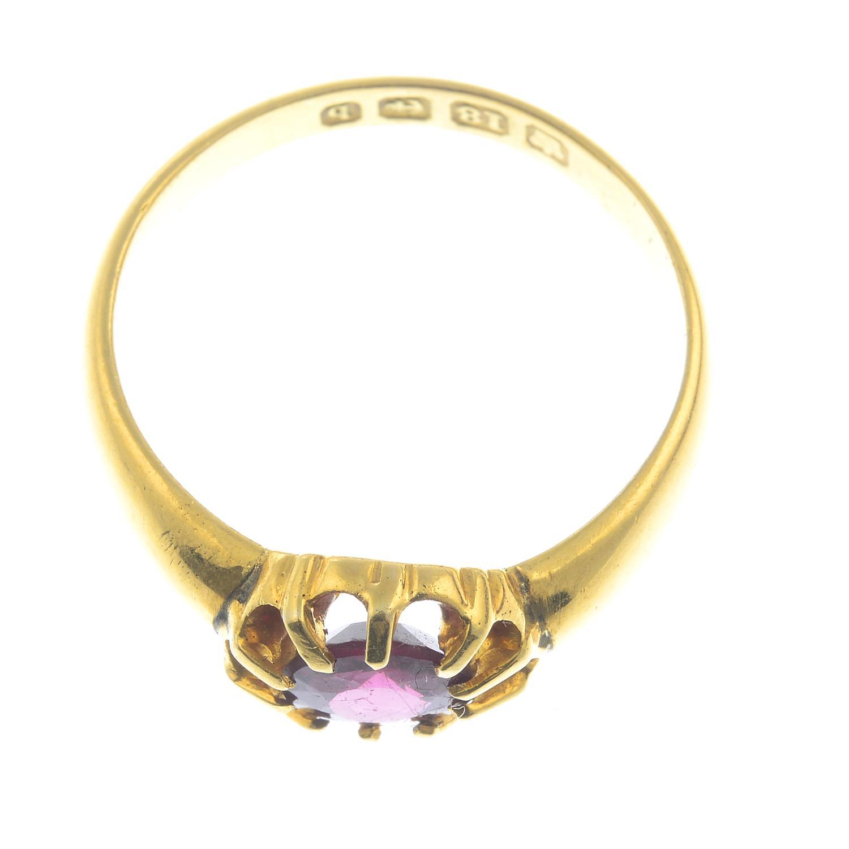 An Edwardian 18ct gold garnet single-stone ring.Hallmarks for Birmingham, 1901.Ring size P1/2. - Bild 2 aus 2