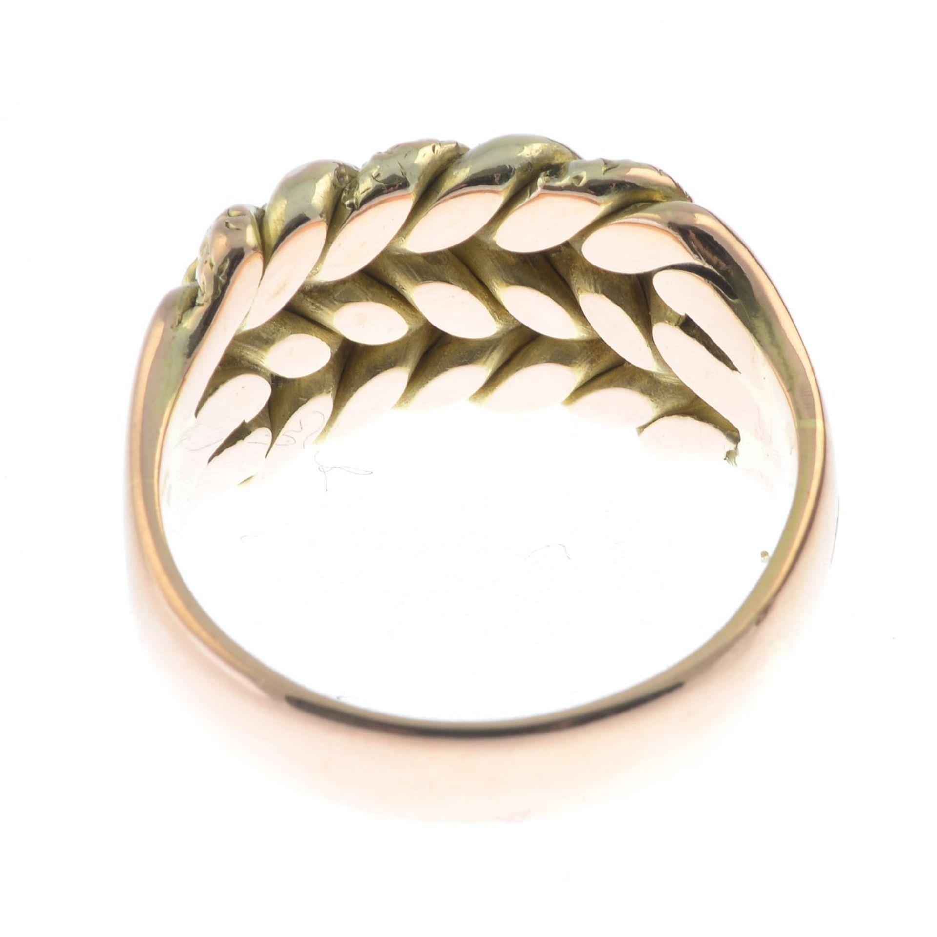A gentleman's 9ct gold keeper ring.Hallmarks for Birmingham, 1971.Ring size U. - Bild 2 aus 2