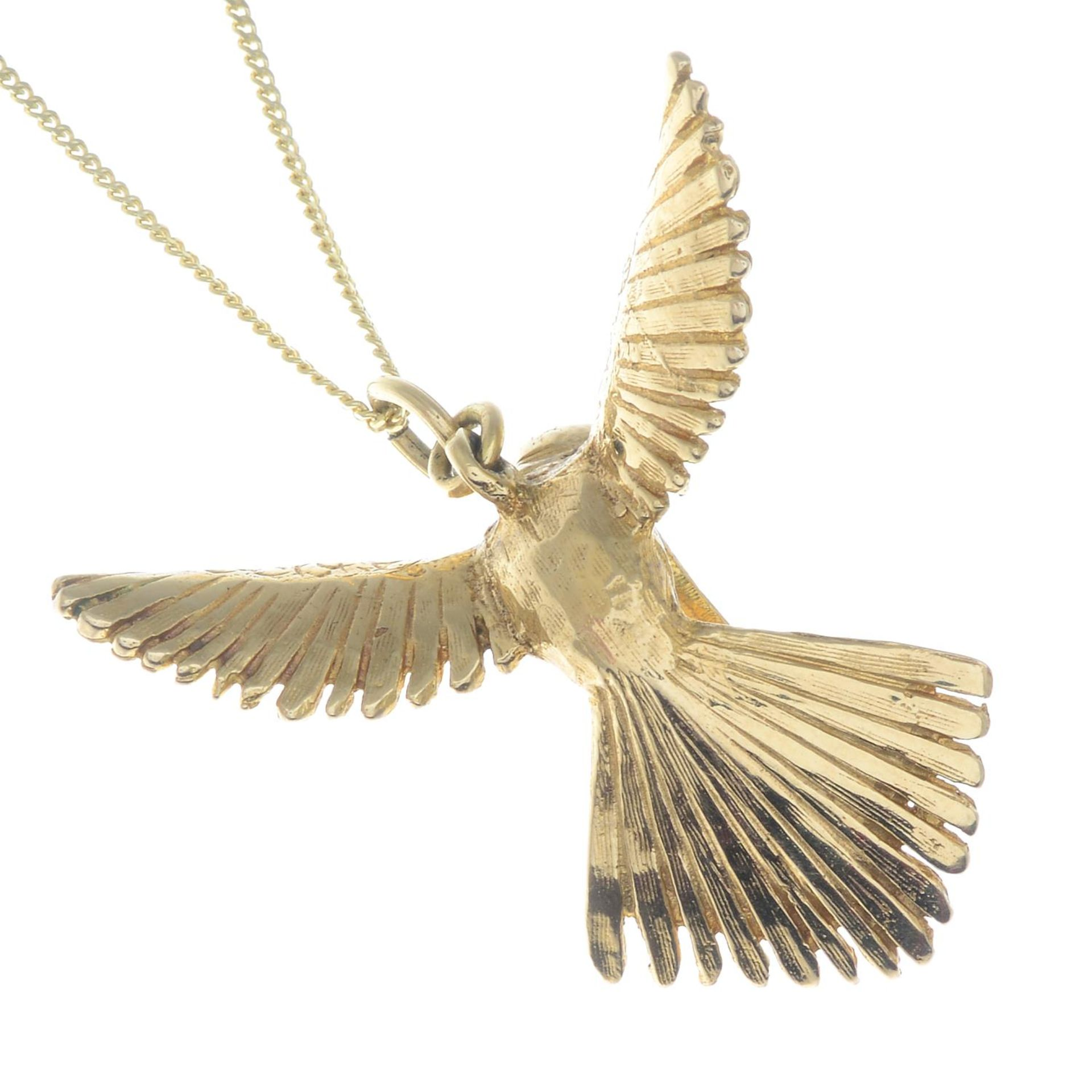 A pendant, depicting a textured hummingbird in flight, with 9ct gold chain. - Bild 3 aus 3